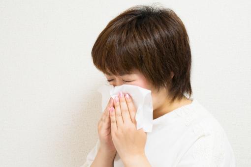 花粉症の人は常にティッシュで顔をこすりが