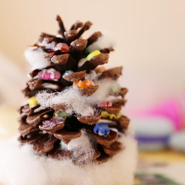 ワインコルクを重ねてつくるクリスマスツリー