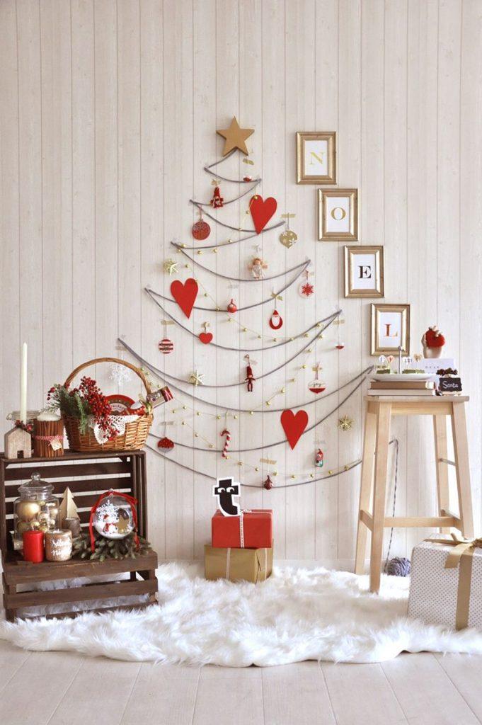 壁に直接モチーフを貼って作るデザインのクリスマスツリー