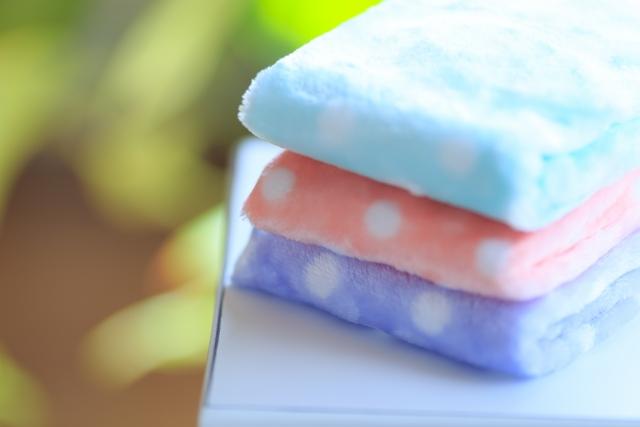 タオルよりも赤ちゃんの場合は持ち歩きしやすいハンドタオルやガーゼタオルを送るほうが使い勝手がよく、喜ばれやすいのでおすすめですよ。